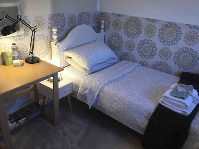 Lucan, Dublin, Single comfy cosy quiet room!