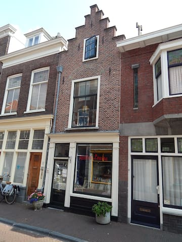 Delft has many interesting antique and vintage shops. all specializing in something different. Atelier Louise in Breestraat is one of them (Louise herself lives above the shop)