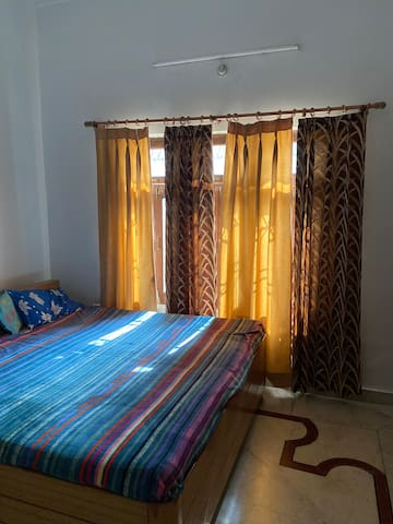 Close to airport and train station, room for 2