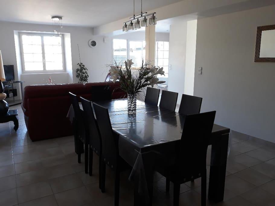 Spacieuse salle à manger avec 8 places assises