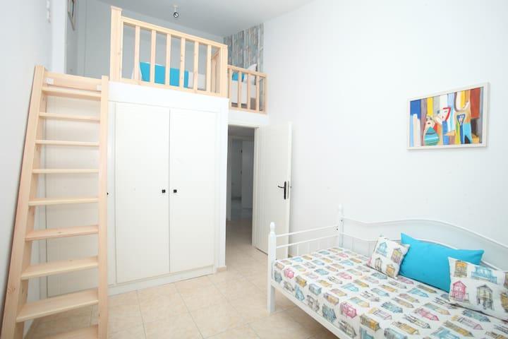 Τρίτη κρεβατοκάμαρα πρώτου ορόφου με σοφίτα Third bedroom on the 1st floor with attic
