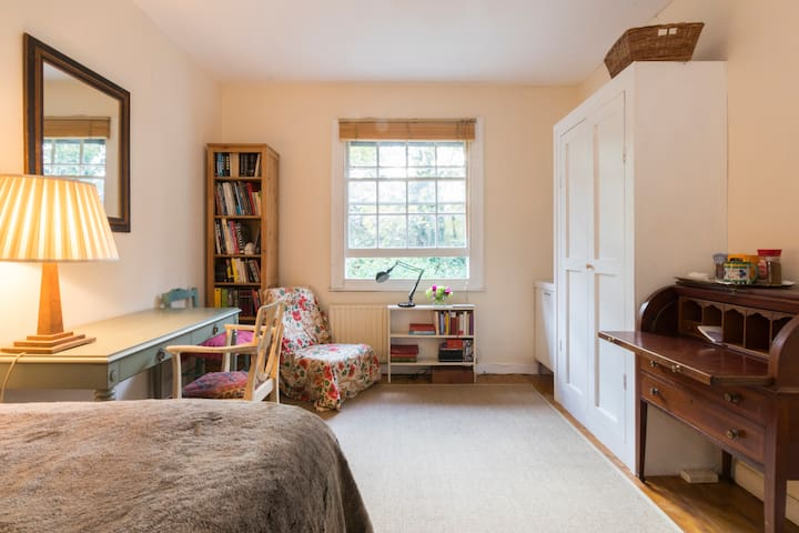 Large Room in English Cottage. Women Only. Zone 2