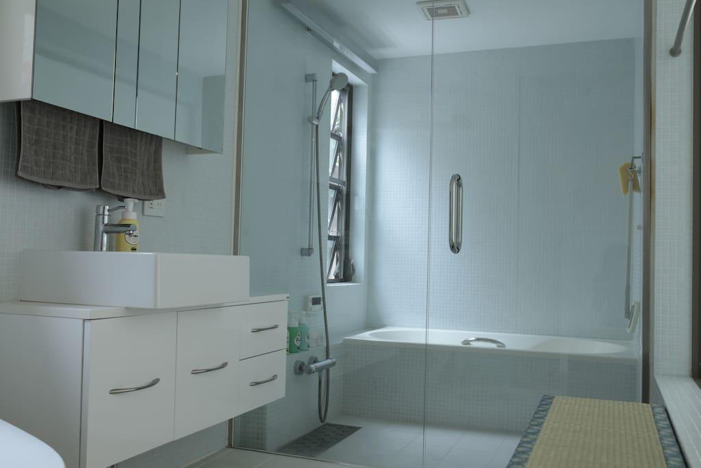 Bathroom (1F).