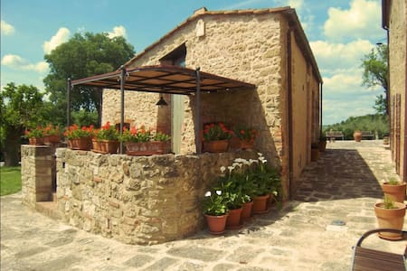 Pieve Di Sant Ippolito, sleeps 4 guests in Asciano - Asciano