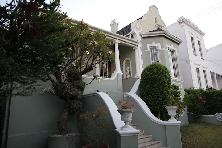 Private suite in old Victorian - Kaapstad - Huis