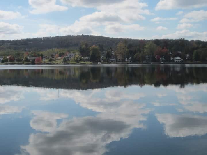 Relax & Retreat - By A Lake, Hiking,  & A Fun Town