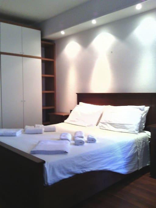 Camera da letto matrimoniale, biancheria da camera e da bagno.