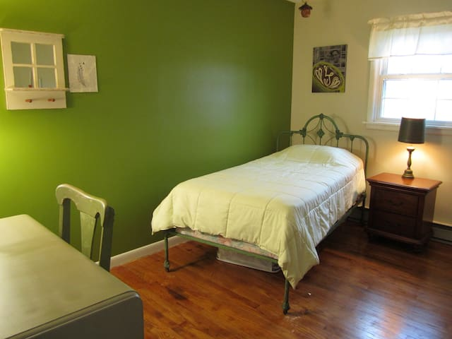 Cozy, clean room in Reedsville, 35 min from PSU