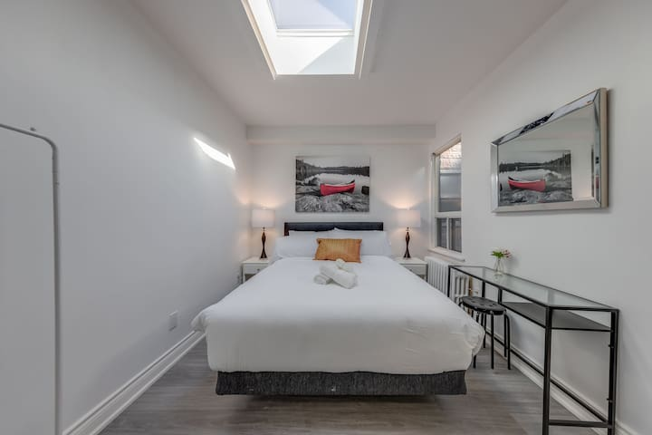 Bright One Bedroom w/Exec. Bed, Bath & Skylight
