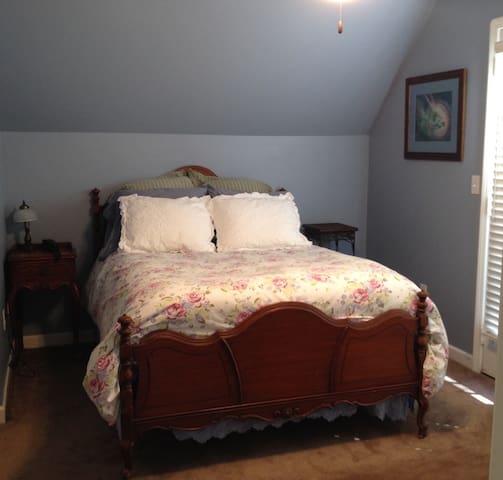 Second bedroom in Rhett Butler Suite