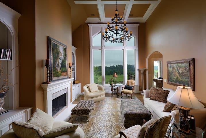 Luxurious Bluegrass Estate - Sleeps 5 Couples