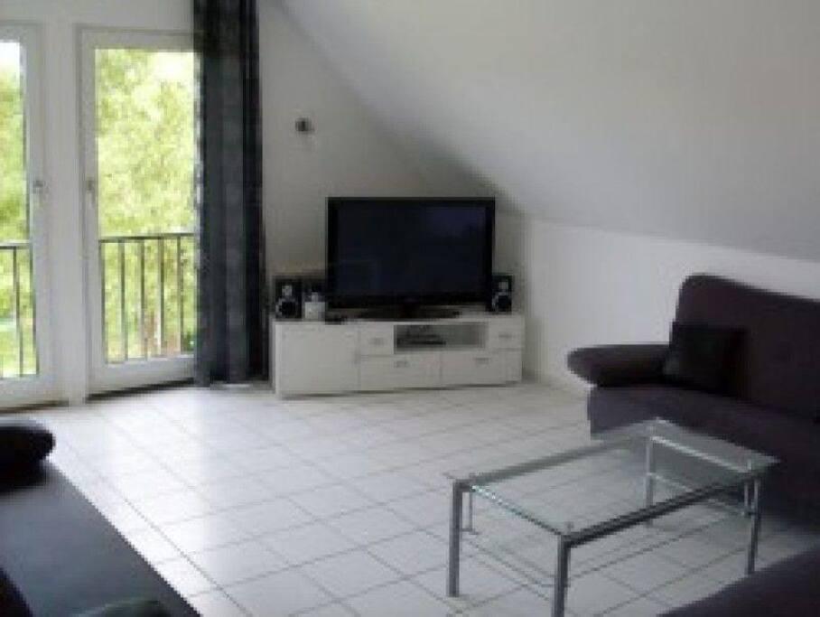 Das hell und freundlich ausgestattete Wohnzimmer ist mit einem Dreier und einem Zweier Sofa versehen. Ferner ist noch eine ausziehbare Schlafcouch vorhanden.