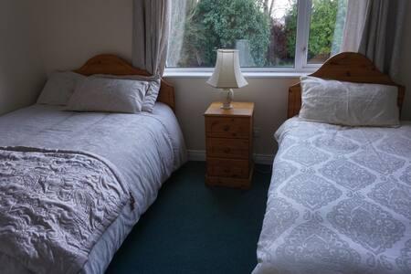 Stradbrook BnB (twin room downstairs)