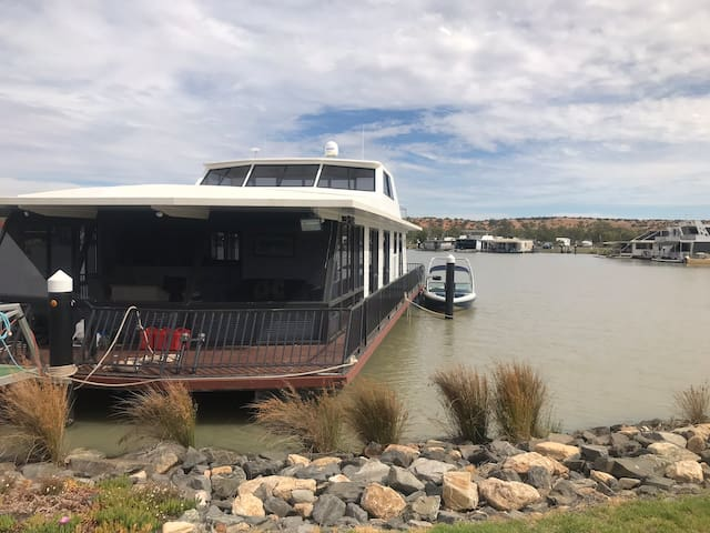 10 berth Houseboat with Murray River views