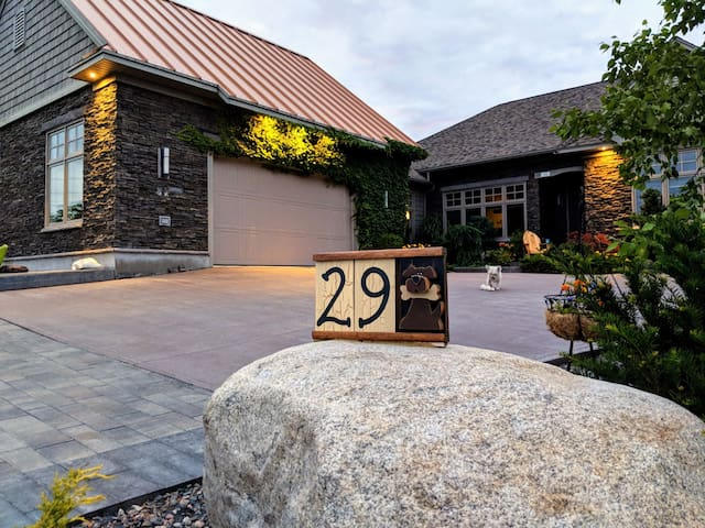 West Hills Pvte. 2-Bdrm Guest Suite /w Kitchenette
