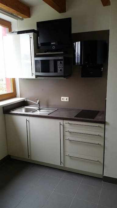 Kochnische mit Kühlschrank Mikro Kochfeld TV