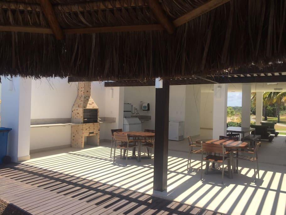 Vista da churrasqueira e área de relaxamento (área comum do condomínio)
