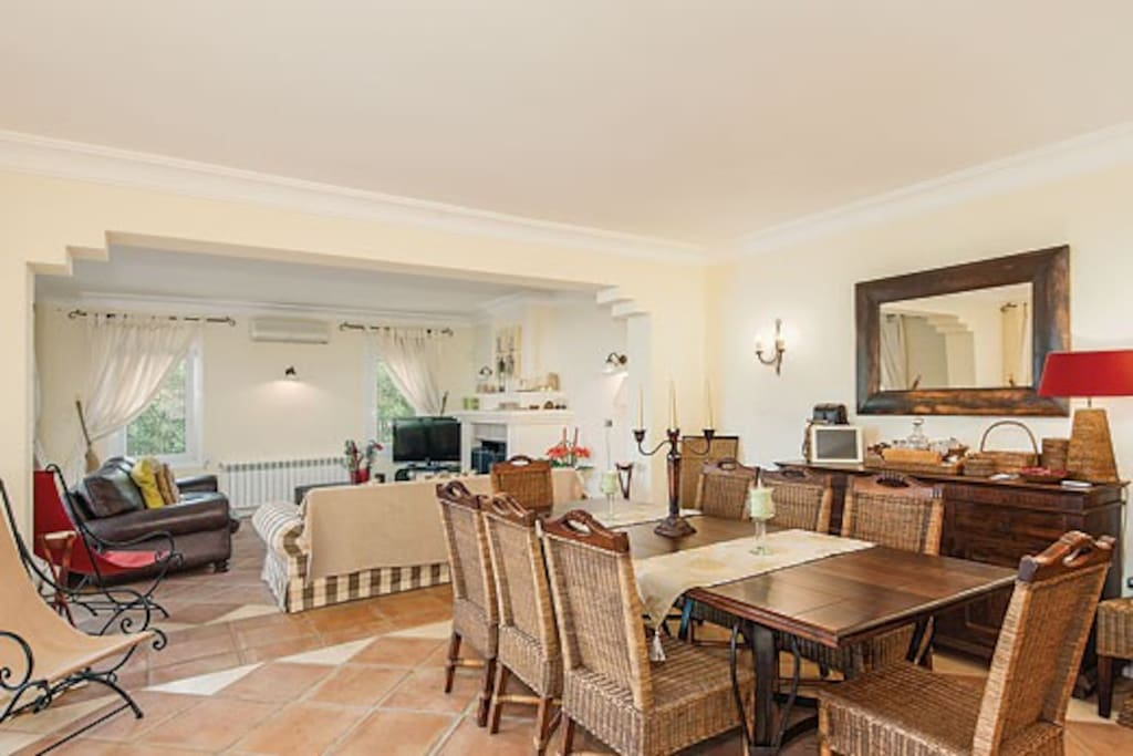 Open-plan dining room with seating for up to 10. Books and board games available.