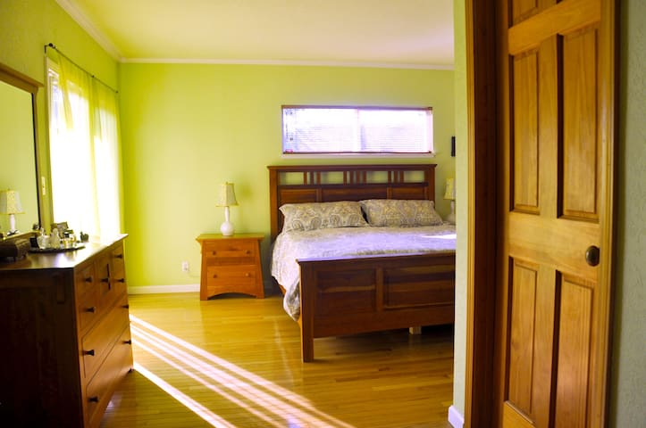 Spacious  Master Suite  with adjacent Study room. - Cupertino - Casa