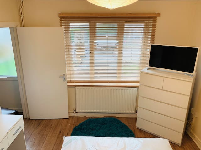 Bright Double room in whetstone + amenities