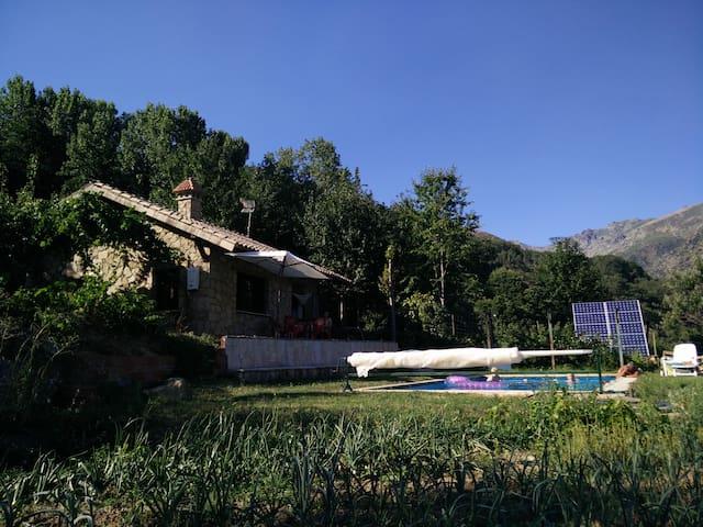 Chalet con piscina y barbacoa en plena naturaleza. - Guijo de Santa Bárbara - Casa