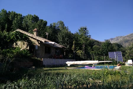 Chalet con piscina y barbacoa en plena naturaleza. - Guijo de Santa Bárbara - บ้าน