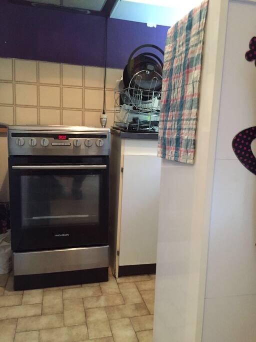 Cuisine aménagé avec cuisinière et réfrigérateur micro-ondes