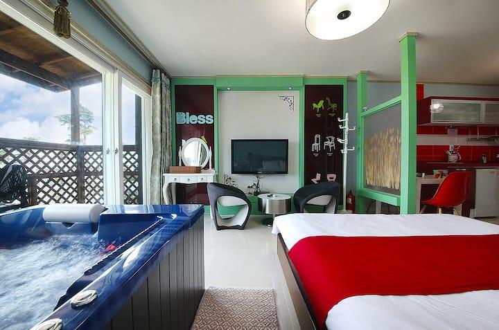 객실 안에서 편안히 제트스파를 즐기고 1,2층에 각각 침대가 있는 갤럭시(제트스파) 객실