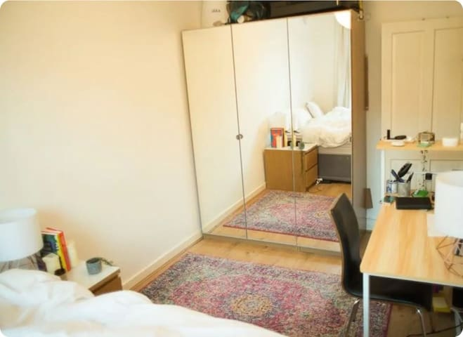 Bright room 5 minutes walk from Hackney station