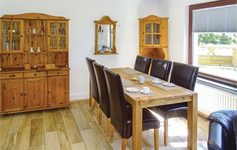 Holiday cottage with 2 bedrooms on 70m² in Warwerort