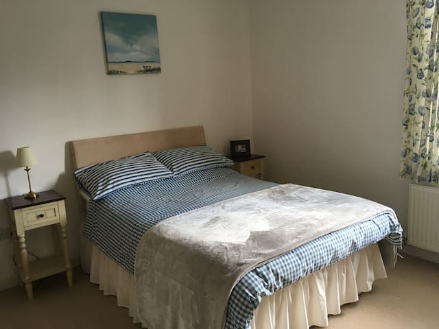 Double ensuite bedroom in modern home in Beeston