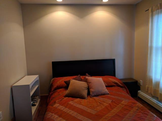 Guest room with Queen (open door)