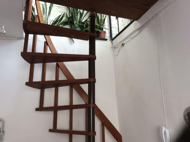 Escada caracol para acesso ao andar de cima da cobertura.