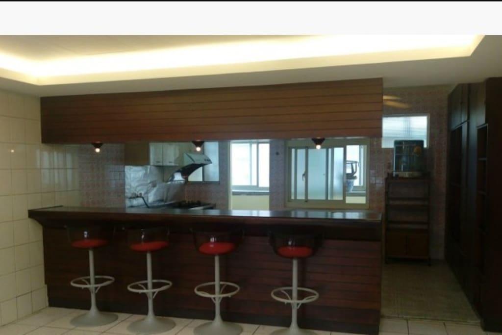 公共空間--開放式餐廳與吧檯