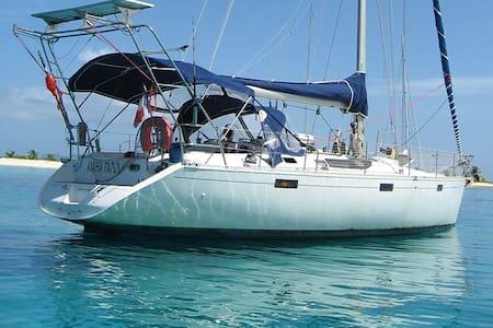 Voilier Maha Papou, au bord du lagon - Uturoa
