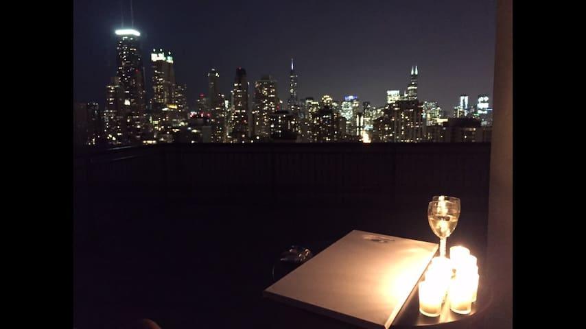 Panoramic Chicago Skyline View Balcony Condo - Chicago - Apartment