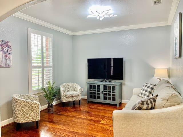 Flex room| Pullout Queen sofa-bed TV with Netflix