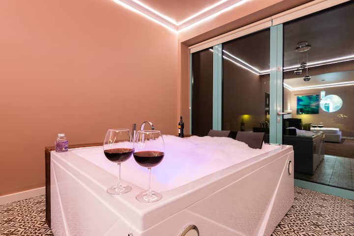 Royal De Luxe Apartment with jacuzzi