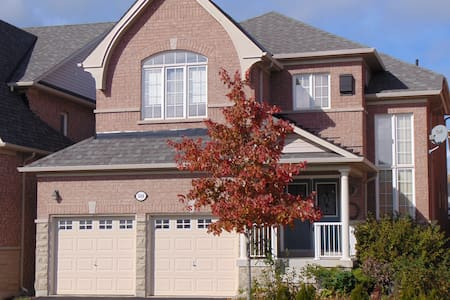 MODERN  HOME STEPS TO TOWN CERTRE - Oshawa - Talo