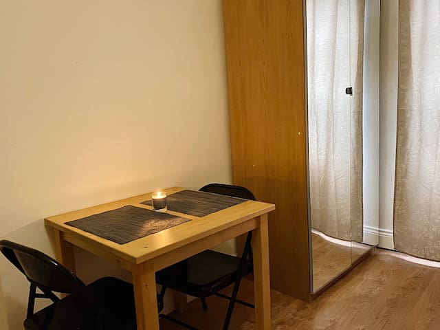 Bright Studio Flat for couples or single occupancy