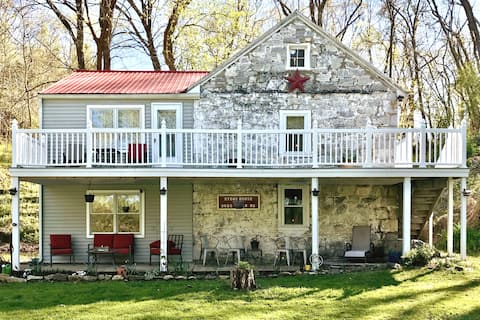 River Front, Beautiful 1815 Stone House, secluded