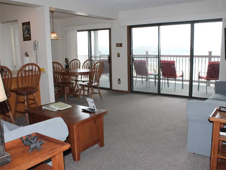 Lovely 2 bed 2 bath Condo with Spectacular Lake Views. Silver Dollar City 1 mile away! Pool steps away.