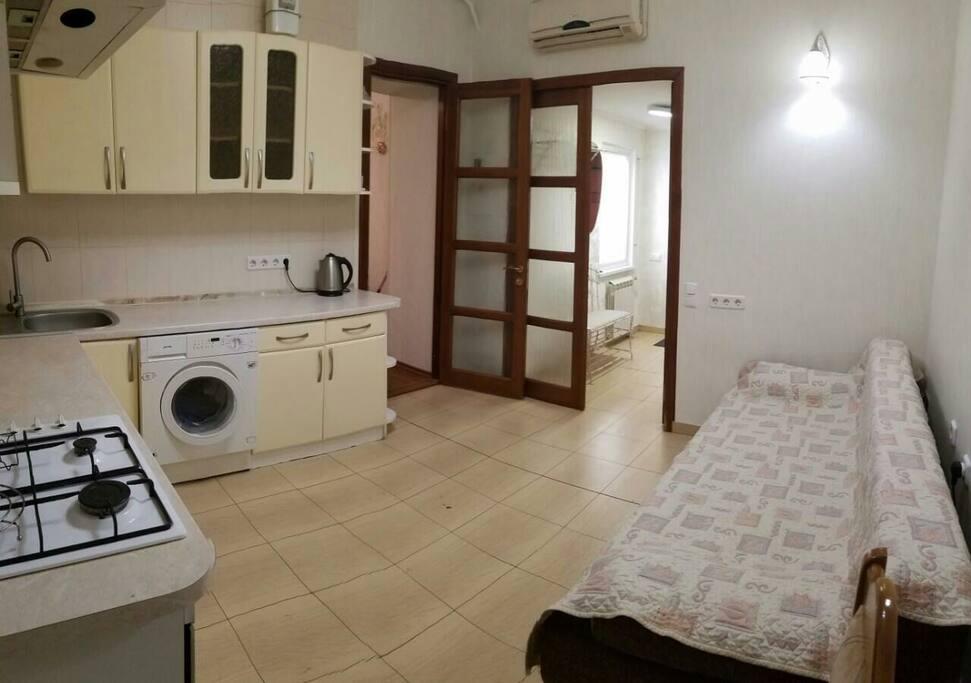 Вход в квартиру и вход в спальню (справа)