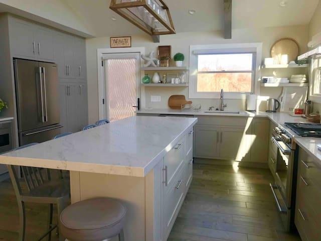 BRIGHT AND SUNNY MODERN BEACH HOUSE
