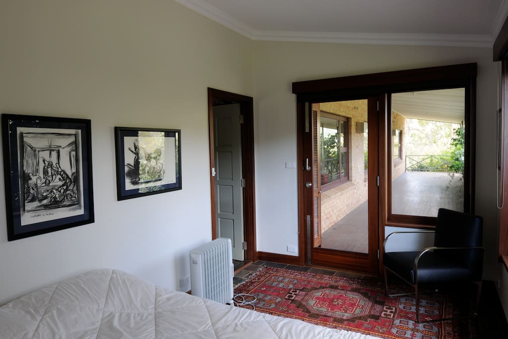 The two bedrooms are made up of comfortable double-beds and are located at the respective ends of Felicita. Toilets with shower/bathtub are next to the bedrooms.