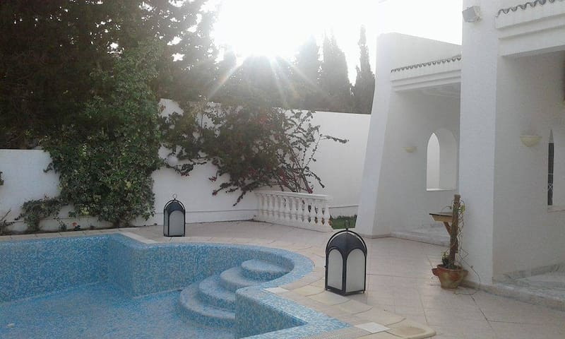 Luxurious Mansion Large Pool 2 mns walk from Beach