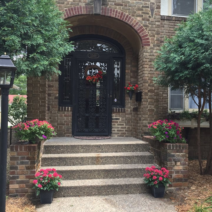 Fabulous Uptown 7BR, Sleeps 15! Location, Location