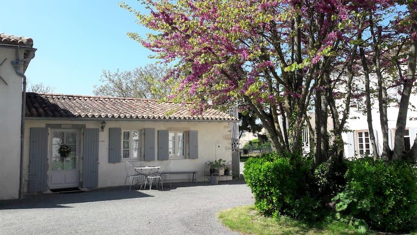 Cottage en pierres accessible P.M.R. dans domaine