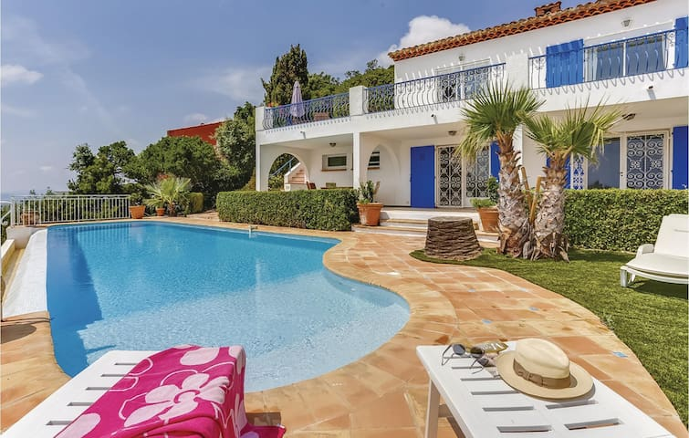 Holiday cottage with 4 bedrooms on 250m² in Les Issambres