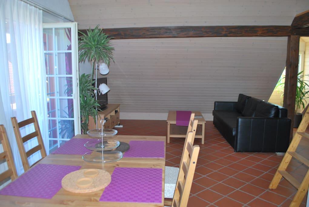 Ledersofa Tisch mit 4 Stühlen